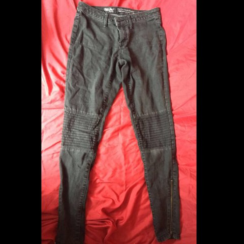 3303e139a85b I LOVE THESE PANTS my sister wears a size small but she even - Depop