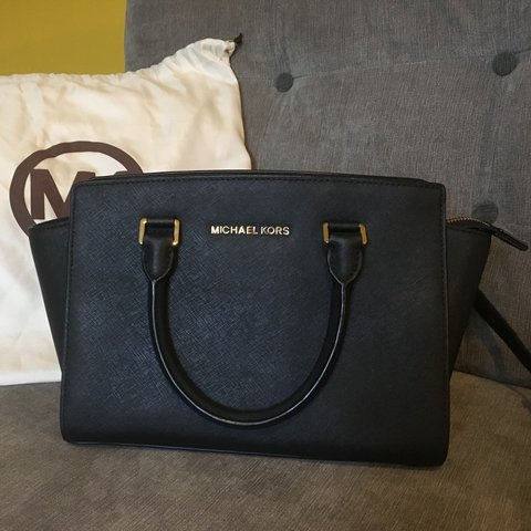 c8d4c66eb461 @krfs. 2 years ago. Norwich, UK. OPEN TO OFFERS 🚨Michael Kors Medium Selma  Black Saffiano Leather.