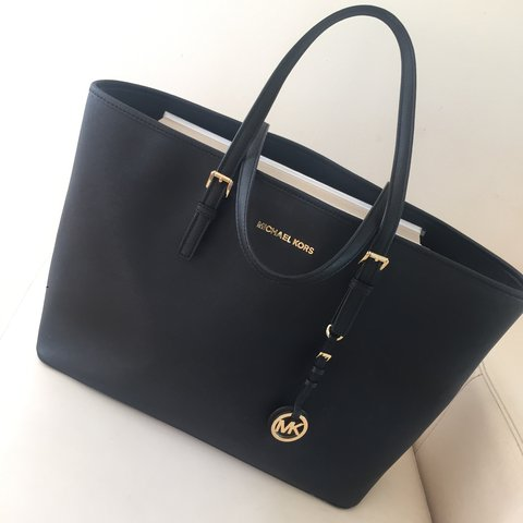 2ea67eb250638a @ellehamm103. 2 years ago. Reigate, United Kingdom. GENUINE MICHAEL KORS  Jet Set medium black tote bag.