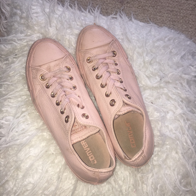 Cute size 5 baby pink Converse 🌸 these