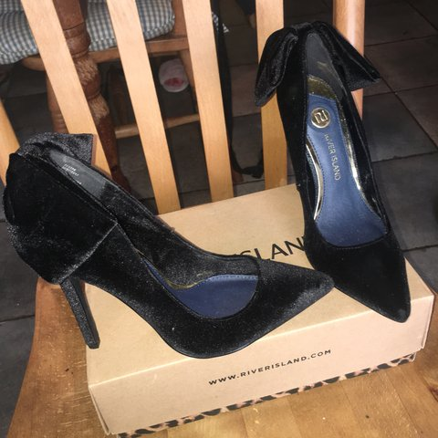 44aab7a95cd3 🖤🖤 RIVER ISLAND VELVET BOW HEELS 🖤🖤 Stunning pointed on - Depop