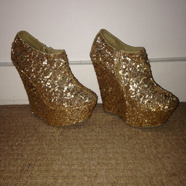 95c6100d1bb2 Gorgeous gold sparkly wedges! All closed in and very Size 5! - Depop