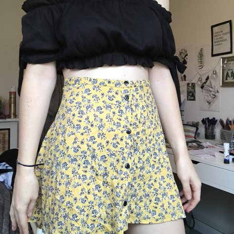 341cfc526bb8 Really cute H&M mustard/yellow floral mini skirt with button - Depop
