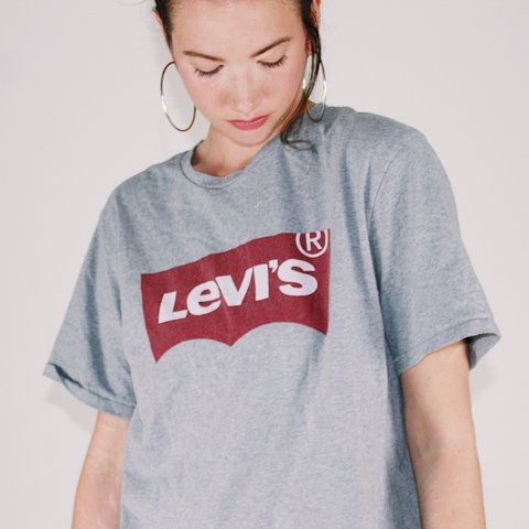 90a75d46c3301 Levi s house mark Tshirt • grey   red • classic style. Loose - Depop