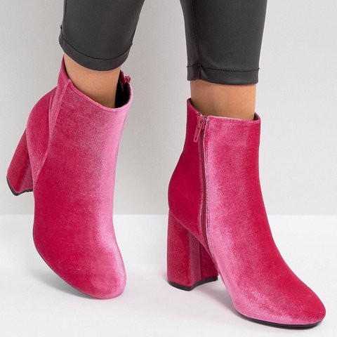 bca89242d91 TRUFFLE COLLECTION CURVED HEEL BOOT. Size 6