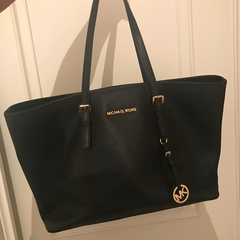 726ca2e18be9c Large black Michael Kors bag. This bag is in really good a - Depop