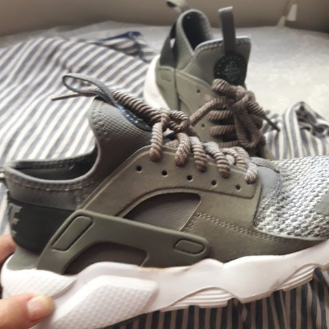 411e0d8951a6 NEW OLIVE GREEN NIKE AIR HUARACHES- Fits sizes 6Y