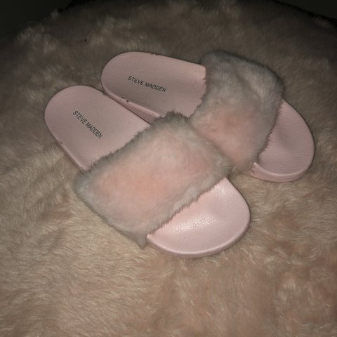 505cbbf06e1b PINK FUR SLIDES ・゚✧ •i literally wore these once of on - Depop