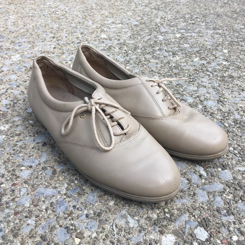 81e2bfddbbf0 Easy spirit nude Oxford shoes!!! Size 8 Super cute and - Depop