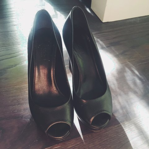 ce2783f83d0 REAL LEATHER GUCCI HEELS Its in very good shape