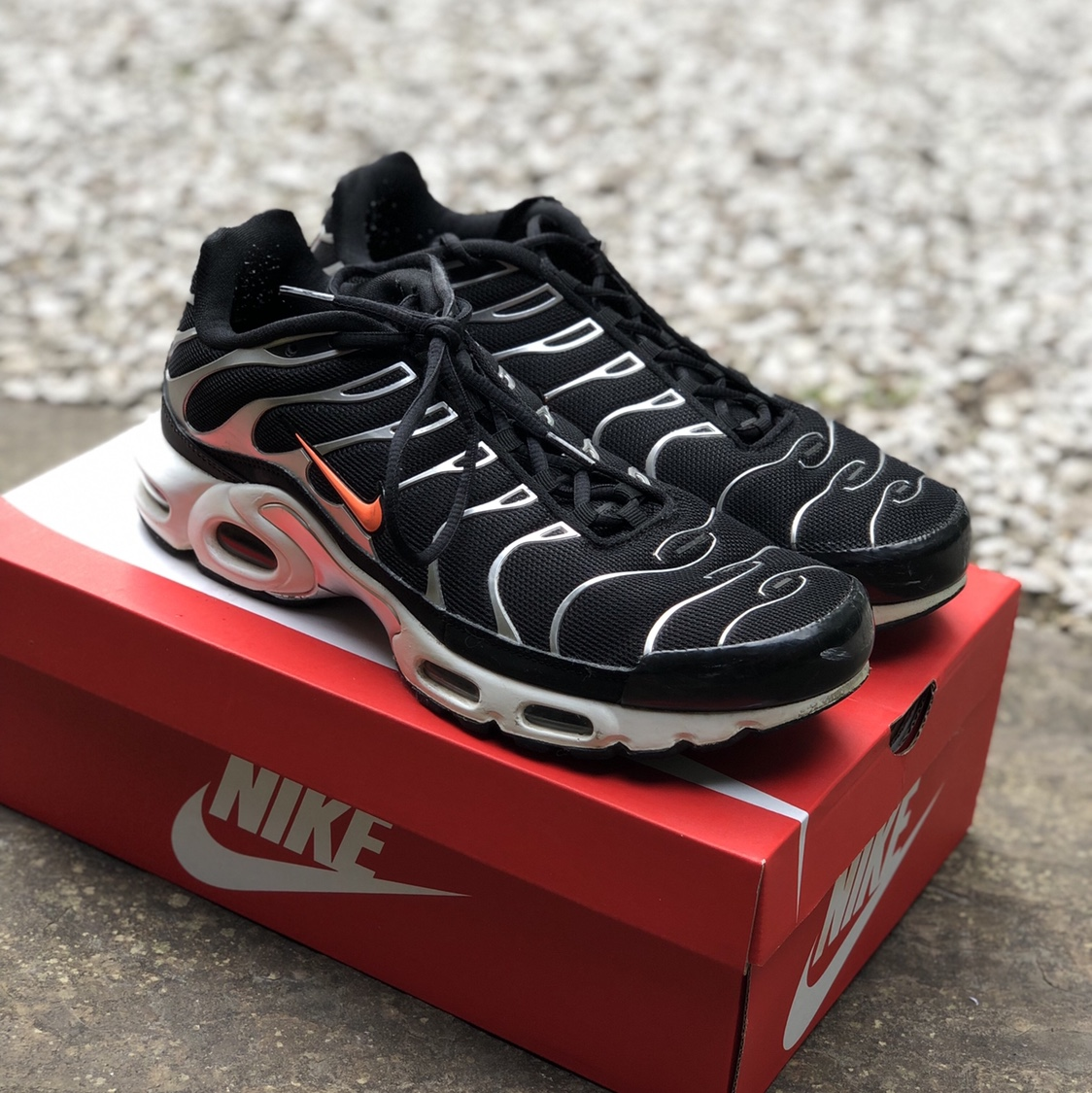 nike air max plus tn se black crimson & dark grey
