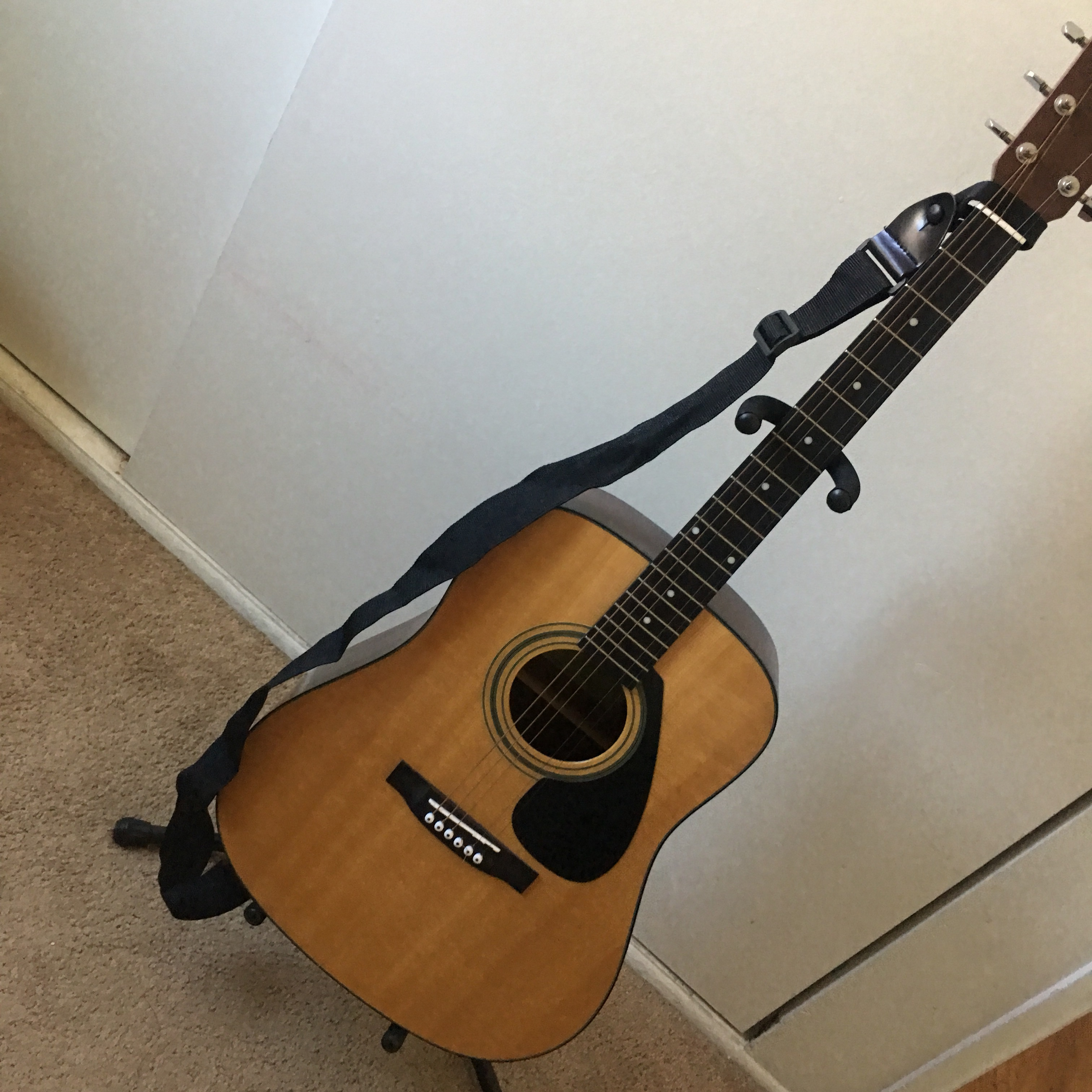 yamaha acoustic guitar, new used but one string    - Depop