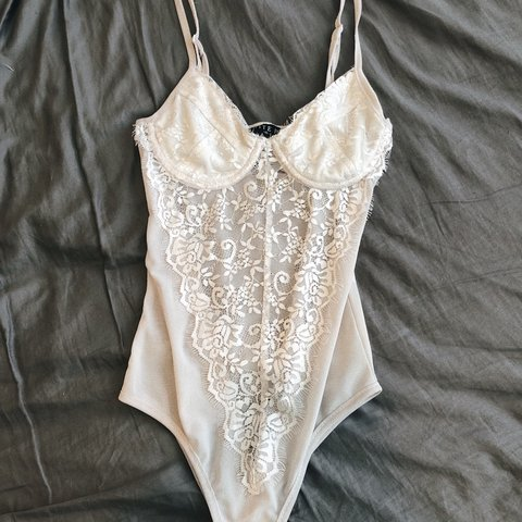 4744ccd5cbca White lace bodysuit. Only worn to try on. Super cute but fit - Depop