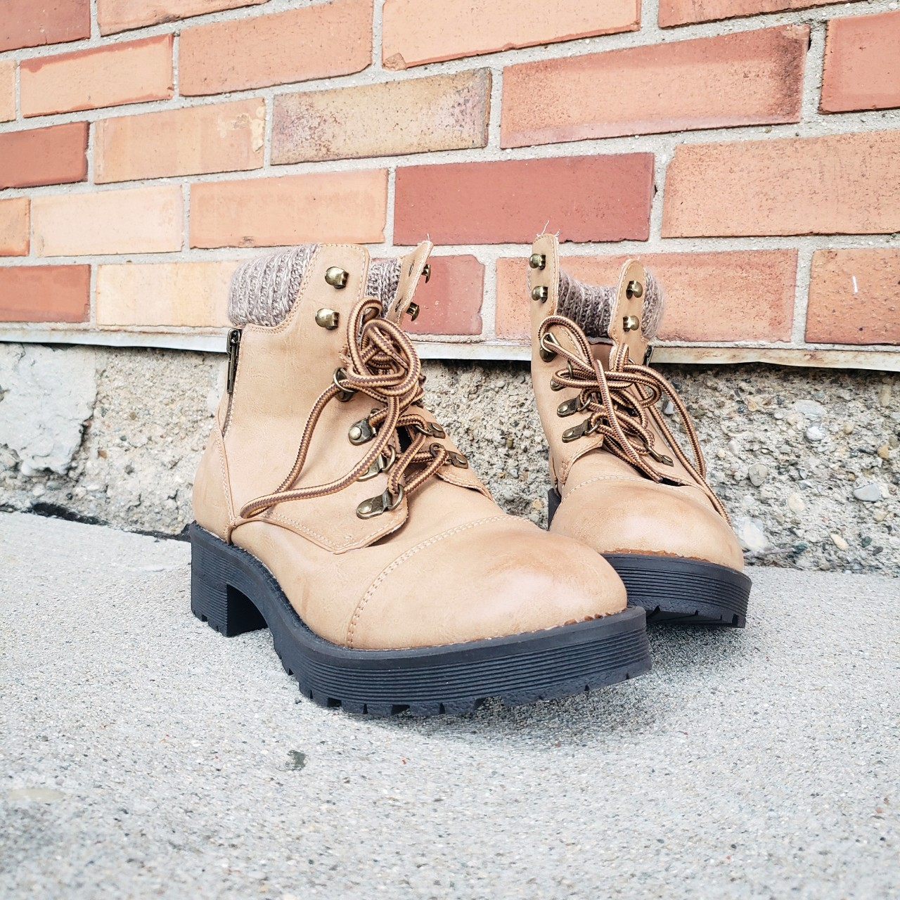 Brown/tan winter boots with cloth