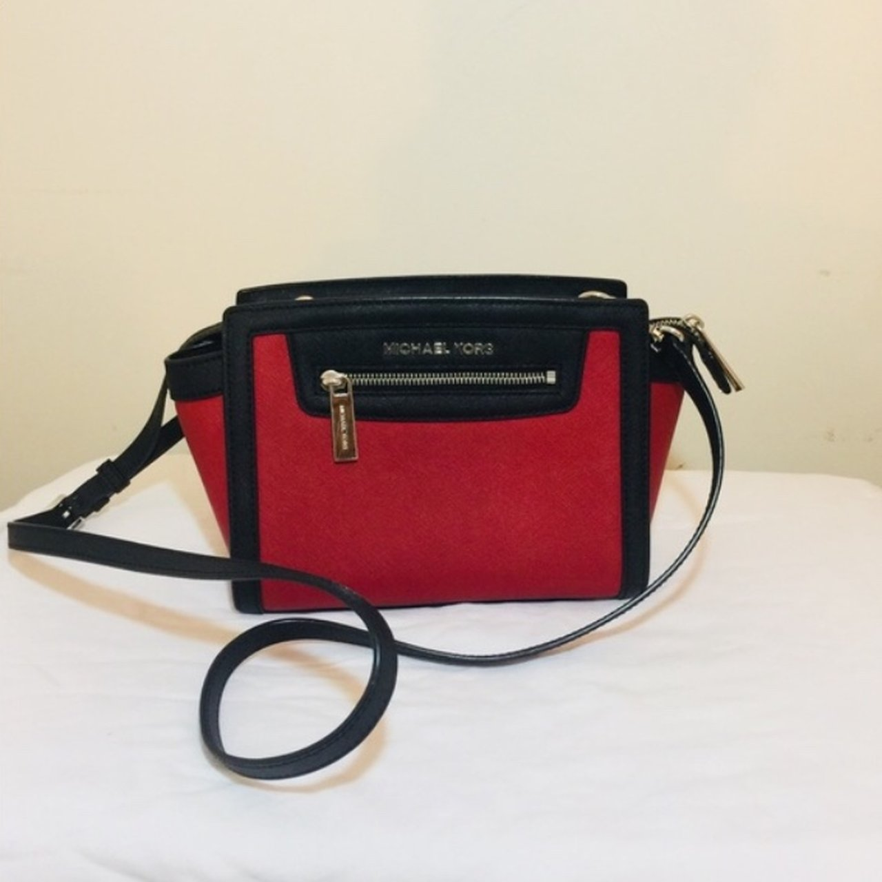 f4f3275134c8  atocloset. last month. United Kingdom. Michael Kors red and black  crossbody bag
