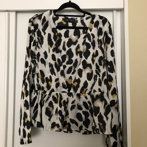 b325e462509ad7 I Saw It First White Leopard Print Plunge Tie Long Sleeve - Depop