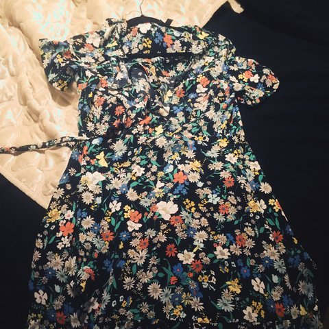 ce06bf48d181 Petite Topshop wrap around floral dress Looks great only a - Depop