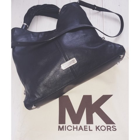 ce928d74dfae Gorgeous black leather Michael Kors Bag!! Been used a of but - Depop