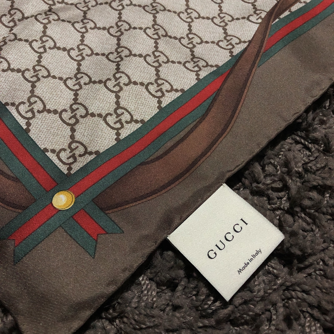 b6734a5e2d4e5e Foulard Gucci in seta GG monogram supreme Made in... - Depop
