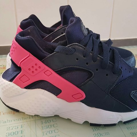98f39e85ba09 Nike huarache trainers Navy and pink Size 5.5 In good - Depop