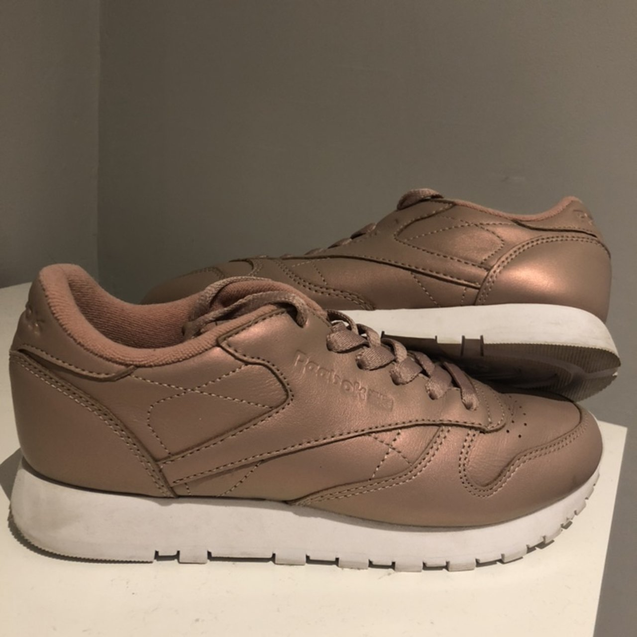 dd389dcab33358 Pearlescent pink reebok classic trainers