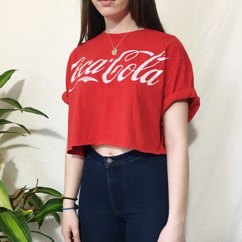 500d9410a9540 🥤VINTAGE COCA-COLA CROPPED TEE🥤 Such a classic logo😻 is - Depop