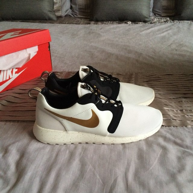 588b1ab55d2b Brand new with of box Nike roshe run gold trophy pack size - Depop