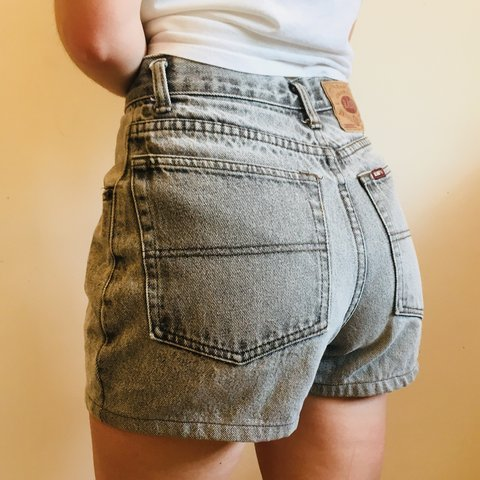 66223c30cd5 Great condition women s Easy Levis style jean shorts. Look a - Depop