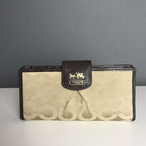 6ba846f9b Authentic Coach. Town wallet. In nearly perfect condition on - Depop
