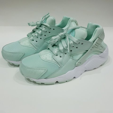 812a43415136 Igloo Nike Air Huarache Run. Size 6Y - UK 5.5. BRAND NEW. no - Depop