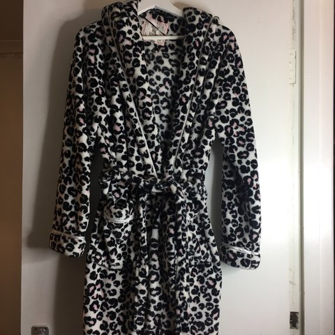 99a55b5262 Pink leopard print dressing gown really soft good condition - Depop