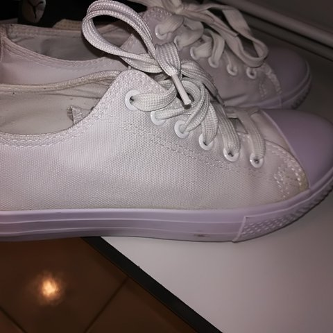 1624a03ccc86 Sneakers bianche comodissime - Depop