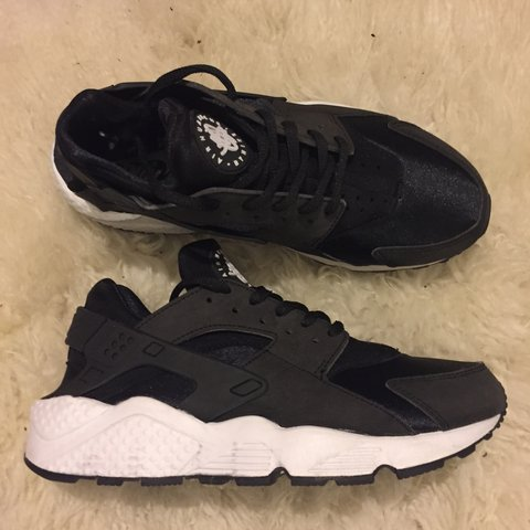 04588ed00c34 NIKE Air Huarache Women s Black and white 634835-006 Size US - Depop