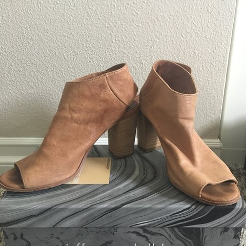 7368901acc1 Steve Madden nude open toe block sandals. Size 7 with soft - Depop