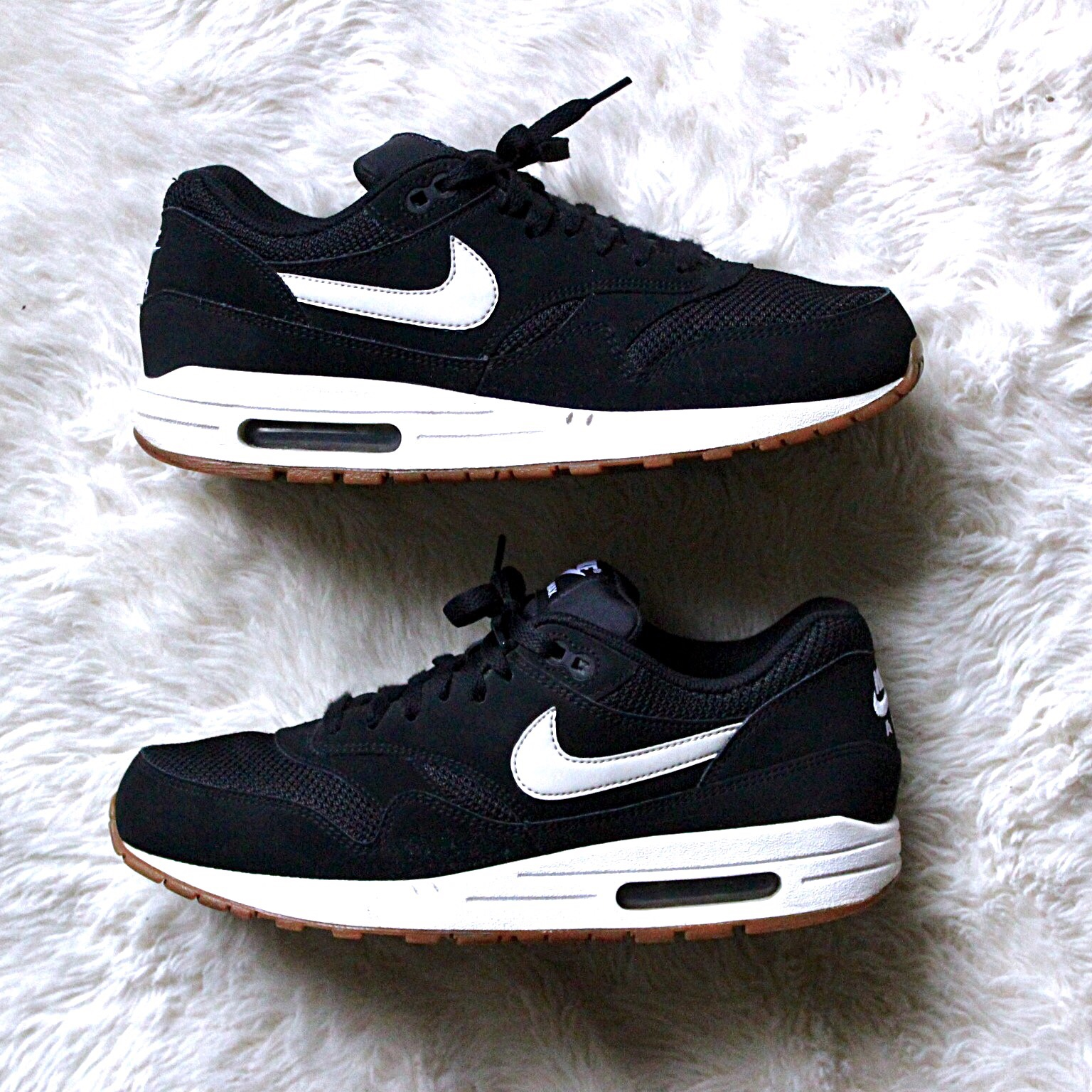 air max 1 essential black white gum