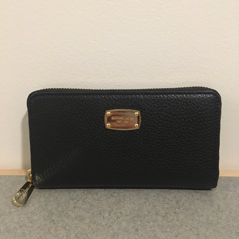 f0ede1d026c214 @gracehuang. last year. Boston, United States. BRAND NEW WITH TAGS Michael  Kors Zip Around Wallet