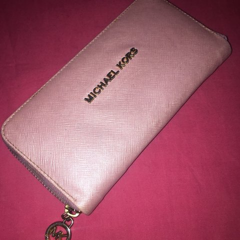 1b019e1d9fe780 Pink Michael Kors purse👛 Some signs of wear but will be of - Depop