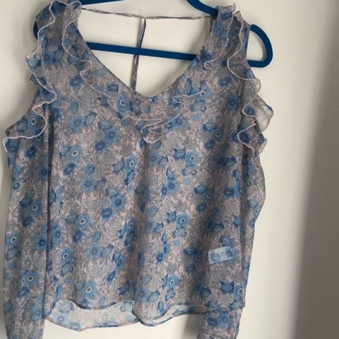 e3de3447a48 Cute floral blouse top from River Island, keyhole frill, and - Depop