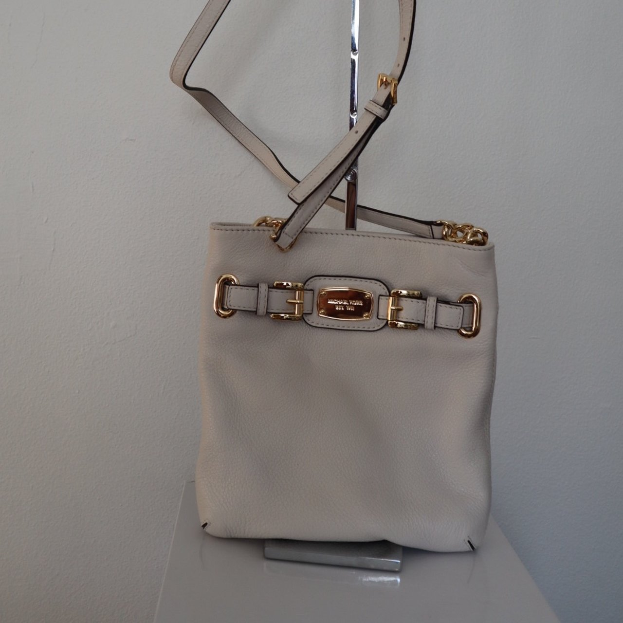 8ce27c89c4ea73 @lws7818. last month. Milwaukee, United States. Michael Kors Crossbody Bag  Beautiful cream color leather ...