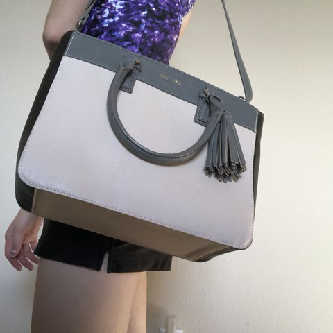 62b8e5eb5 @lexieh27. last year. Gooding, United States. Medium sized Nine West bag.