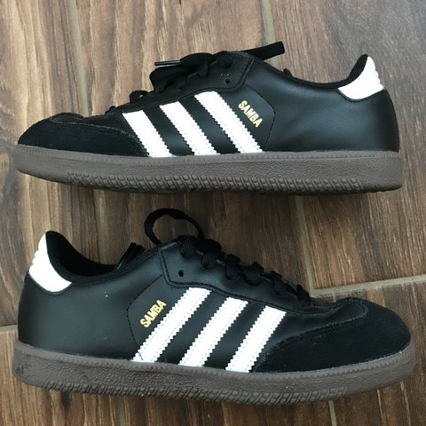 ea2aba79c Adidas Samba Classic J - Indoor soccer shoes Only worn Fits - Depop