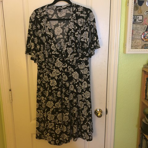 66aa8286627 Black and white floral stretchy dress with flutter sleeves