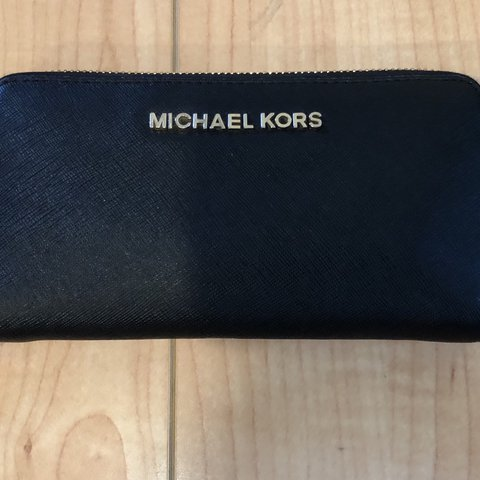 d0ba36ccfad5 @tinagh101. last year. Glendale, United States. Michael Kors wallet. Price:  $40. Retail price: 100/ Good condition: no strap
