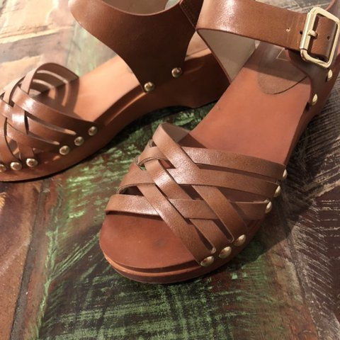 36774e665b69 Tan coloured criss-crossed sandals with a slight heel and a - Depop