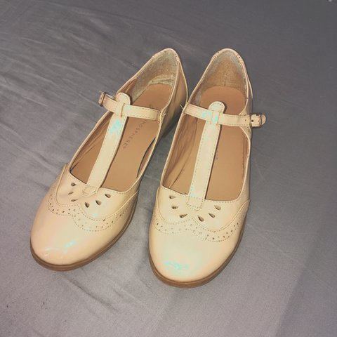 8b8522337d3 💖💖💖 Cute cream flat shoes No marks or sights of wear for - Depop