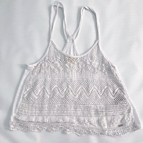 f68a08e289b90 HOLLISTER WHITE TOP SIZE XS BUT COULD FIT UP TO A MEDIUM - Depop
